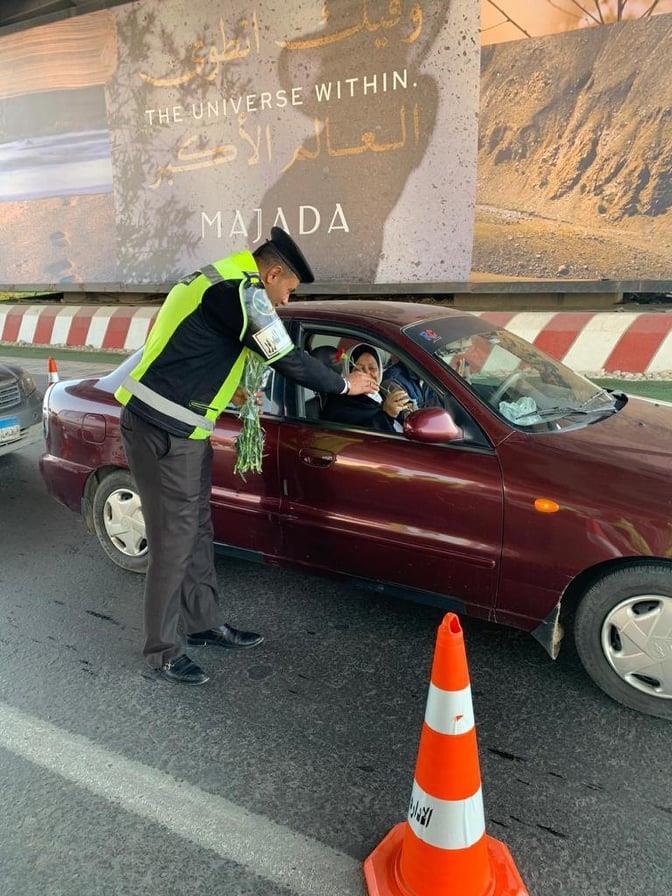 الإدارة العامة للمرور توزع الورد على المواطنين بالطرق السريعة