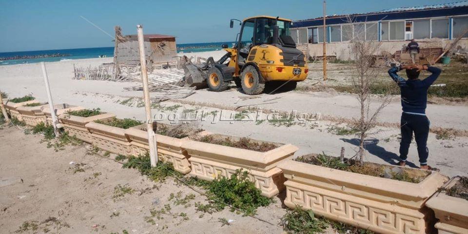 إزالة 13 كافيتريا وكشك مخالف بشاطئ النخيل في الإسكندرية