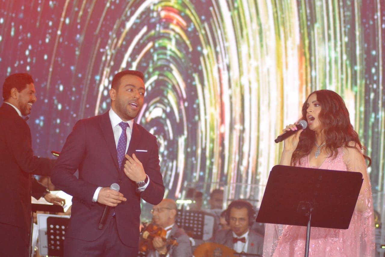 «دويتو» آمال ماهر وتامر عاشور في حفل عيد الحب على أنغام «قالوا