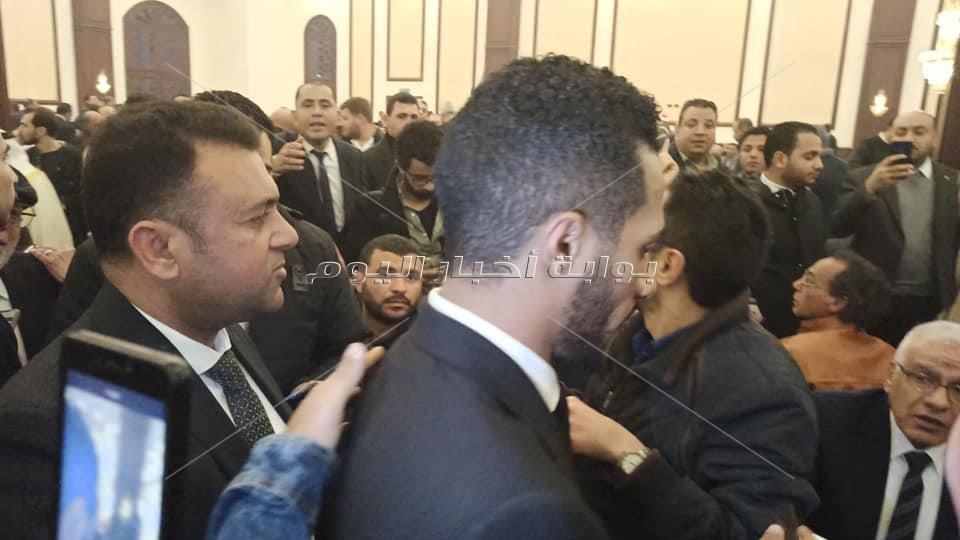 صور وفيديو.. محمد رمضان يثير ضجة في عزاء الرئيس الاسبق مبارك
