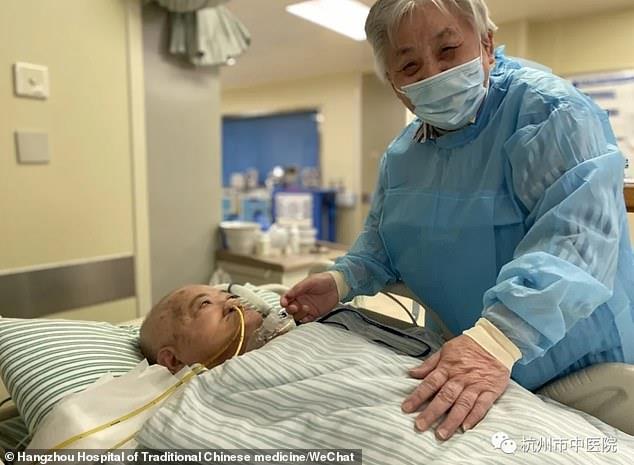 """كتبت له 45 رسالة.. سيدة صينية تتحايل على """"إجراءات كورونا"""" لرؤية زوجها بالمستشفى"""