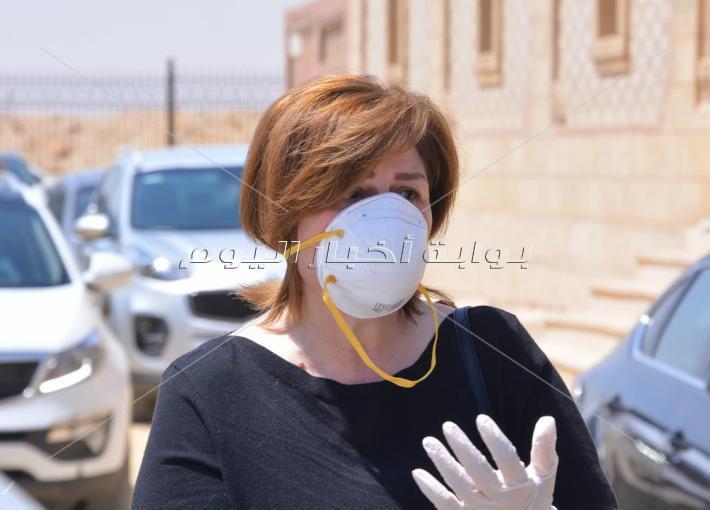جنازة والدة دنيا عبد العزيز.. والفنانون يظهرون بـ«الكمامات» بسبب كورونا