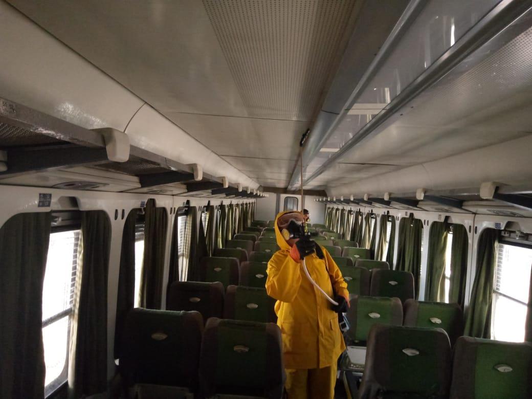 استمرار أعمال التعقيم والتطهير بقطارات سكك حديد مصر