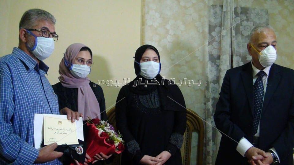 تكريم اسرة الممرضة صفاء محمد من شهداء الصحة من الطواقم الطبية