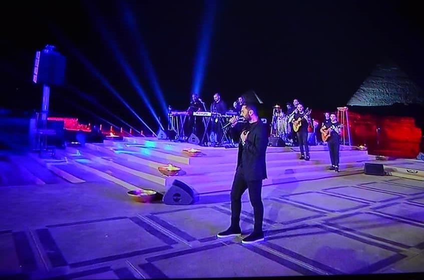 10 صور من حفل تامر حسني في العيد من أمام الأهرامات