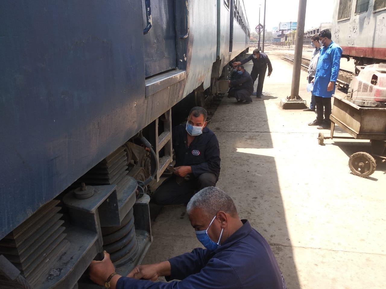 بالكمامة.. أعمال صيانة للقطارات الإسبانية وال vip وتعقيم العربات المكيفة والمميزة
