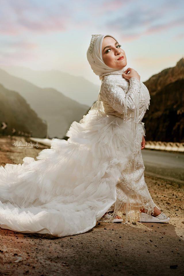 بفستان الزفاف.. «فوتوسيشن» لأول عارضة أزياء من قصار القامة