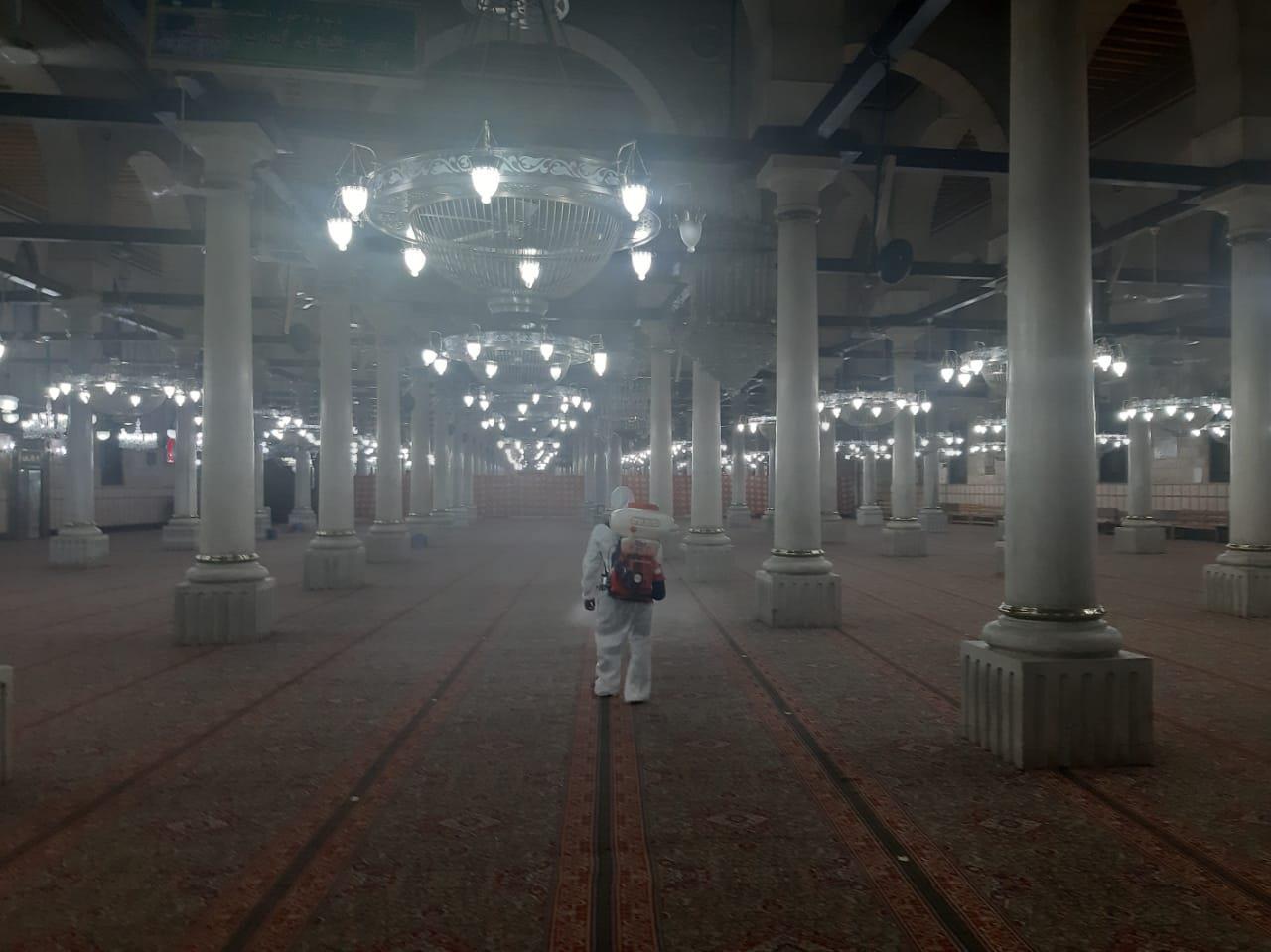 انطلاق أعمال التعقيم بمسجد الإمام الحسين تمهيدا لقرار إعادة الفتح