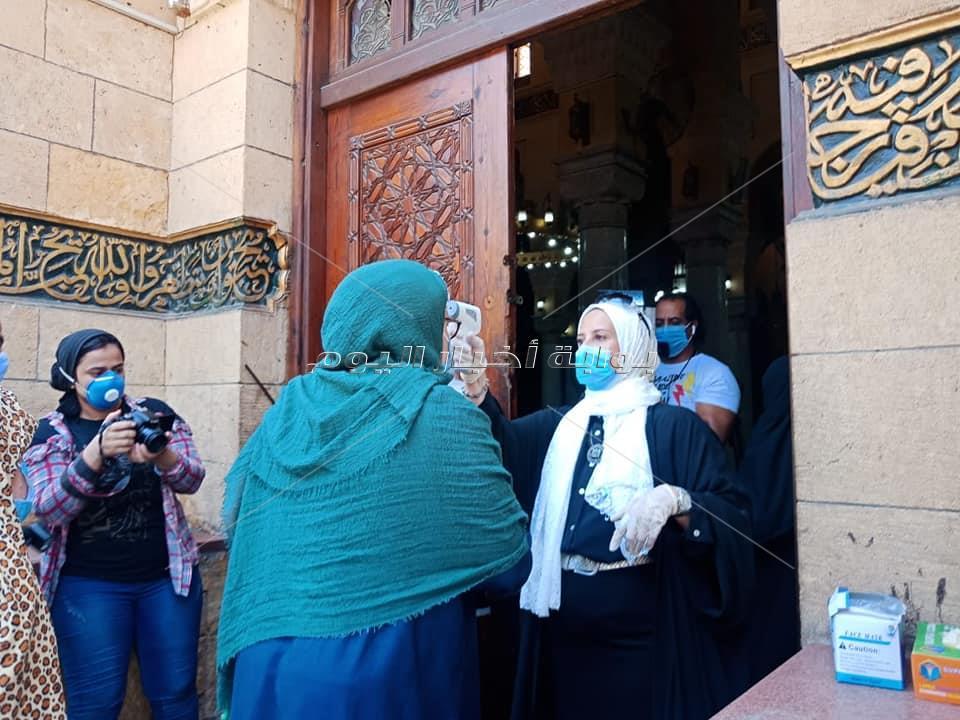 صور  بـ«الحلوى» و«الكمامات» الصلاة الأولى في مصلى النساء بالسيدة زينب