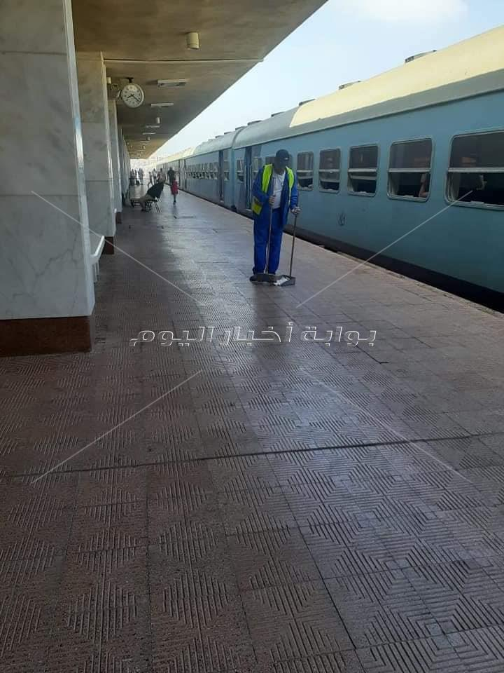 """في ثاني أيام العيد.. """"السكة الحديد"""" تتفذ حملة نظافة شاملة لمحطات المحافظات"""