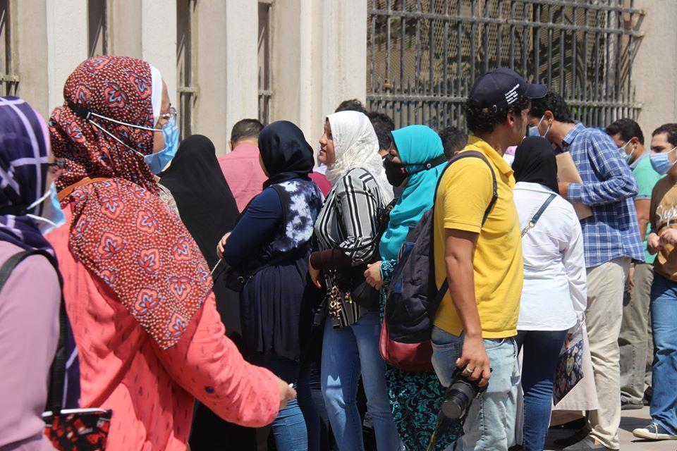 تزاحم طلاب الثانوية العامة على مقرات التظلمات في اليوم الأول للتقديم