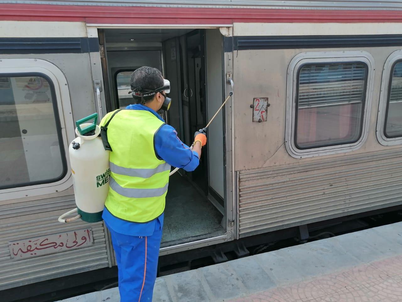 """10 صور جديدة ترصد إجراءات """"السكة الحديد"""" ضد فيروس كورونا"""
