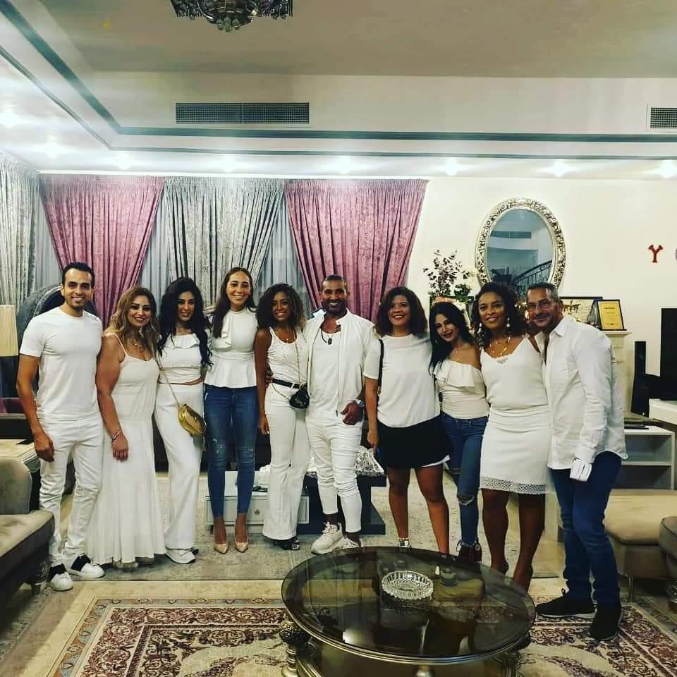أحمد سعد يحتفل بعيد ميلاده بحضور خطيبه وأصدقائه