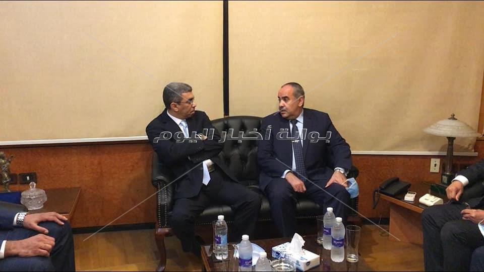 مؤسسة أخبار اليوم تكرم وزير الطيران المدنى