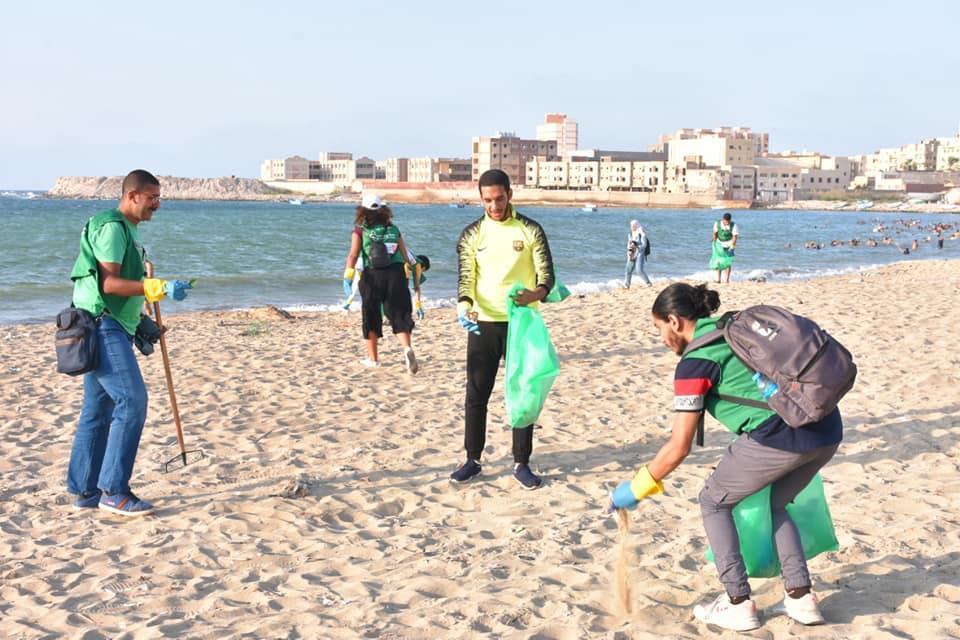 100 شاب وفتاة ينظفون شاطئ الأنفوشي من المخلفات البلاستيكية
