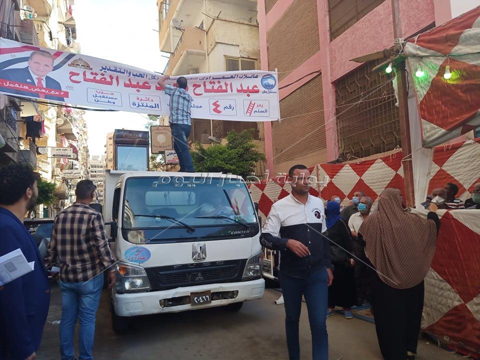 إزالة لافتات دعاية مخالفة أمام لجنة انتخابية في الإسكندرية