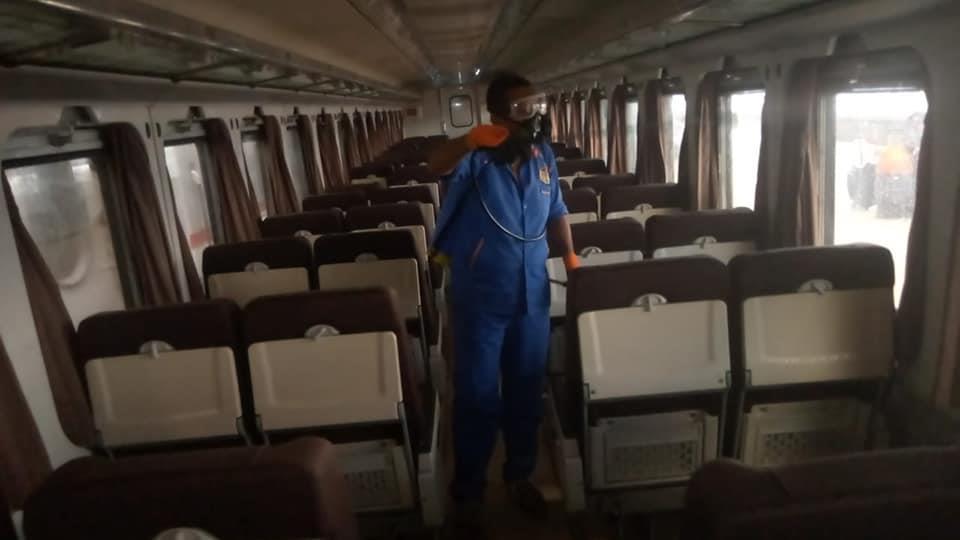 هيئة السكة الحديد تعقم القطارات ضد «كورونا»