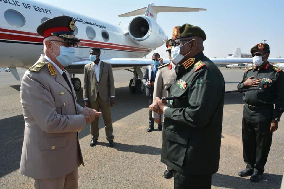 رئيس الأركان يغادر إلى السودان لبحث التعاون العسكري والأمني