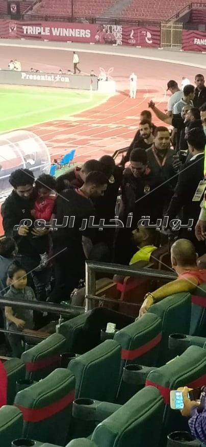 لاعبي الأهلي يساندون مؤمن زكريا