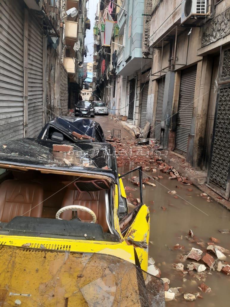 تحطم سيارتين في انهيار شرفة عقار بالإسكندرية بسبب الأمطار