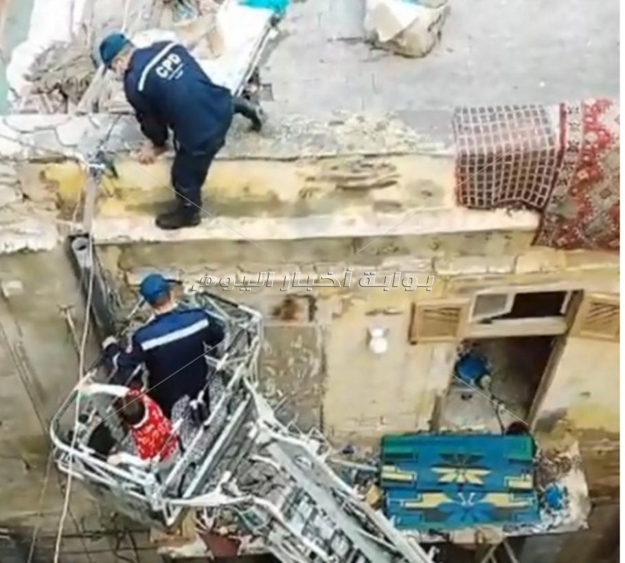 الحماية المدنية تنقذ أسرتين بـ«السلم الهيدرولوكي» بالإسكندرية