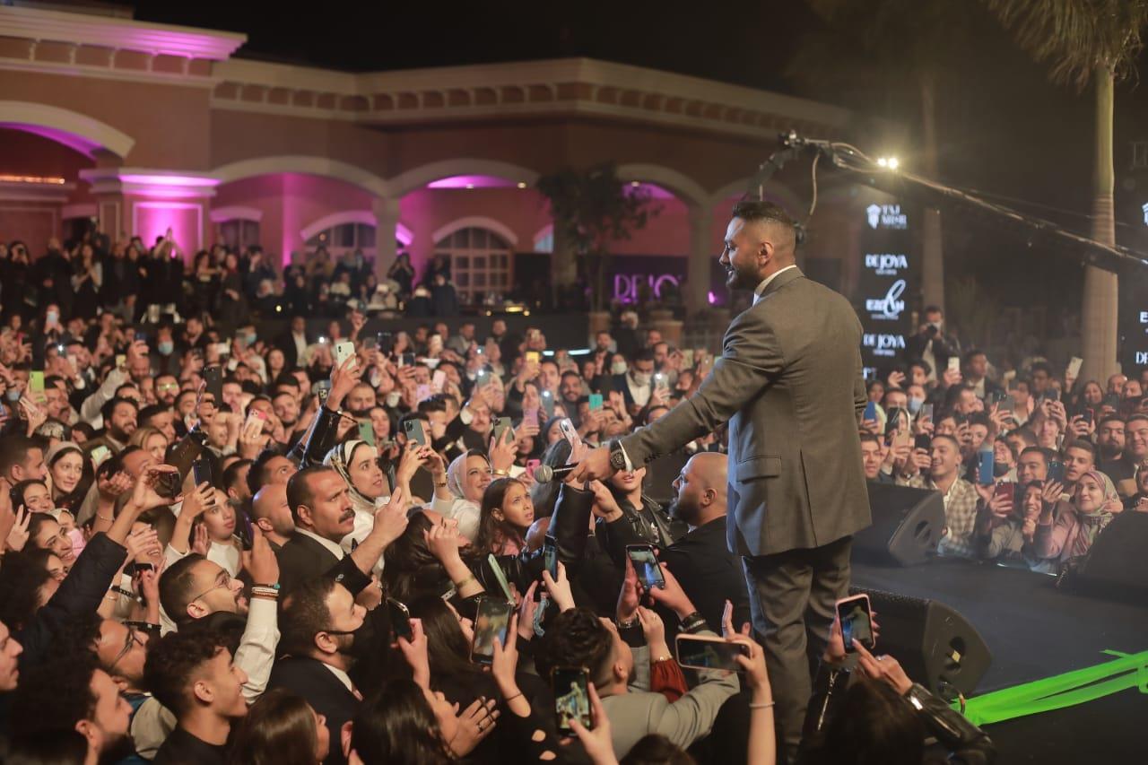 """بالصور  .. تامر حسني يتحدى برودة الطقس.. ويتألق في حفل""""العاصمة الإدارية"""""""