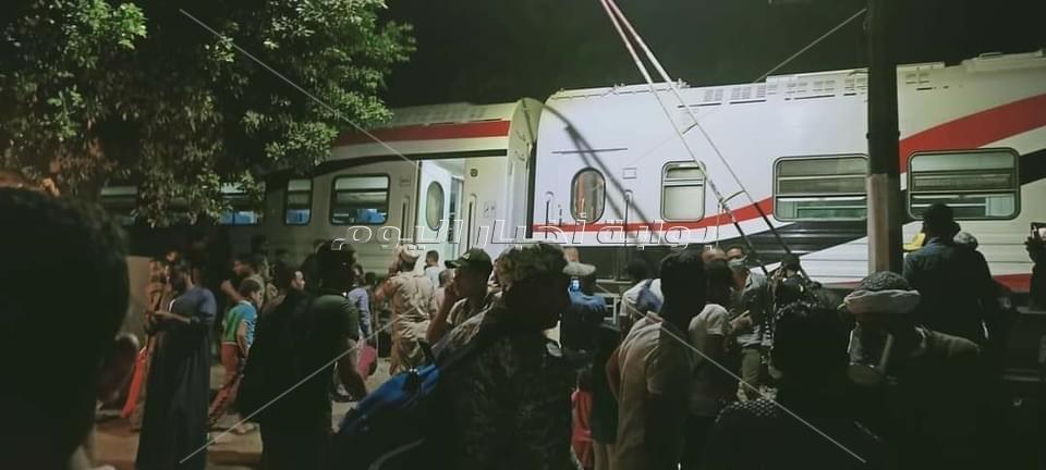 ننفرد بصور خروج قطار القاهرة اسوان عن قطبان السكة الحديد بالعياط