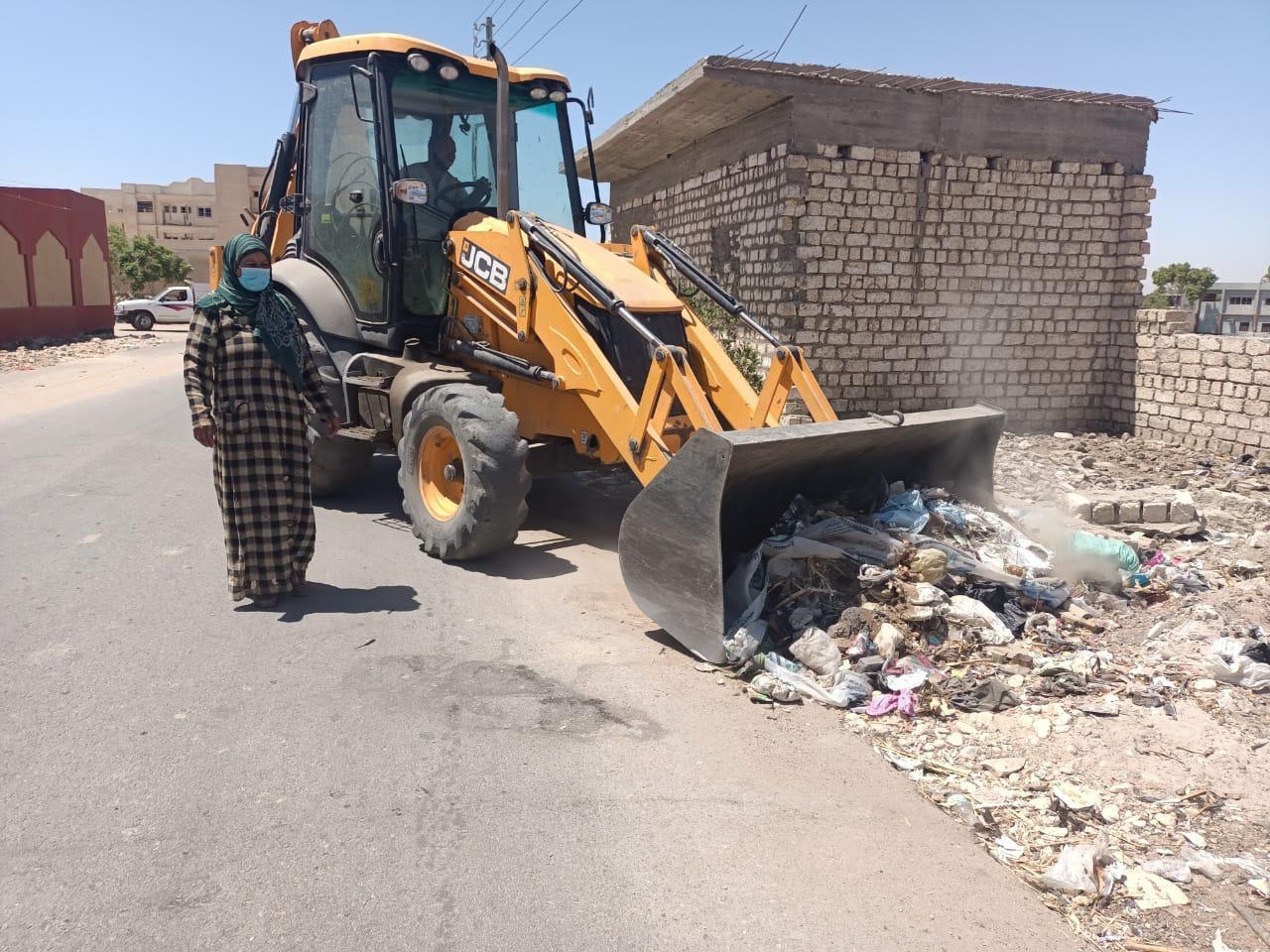 رفع 31طن من المخلفات والأتربة فى حملة مكبرة للنظافة بمدينة إسنا وقريتى المعلا والدبابية