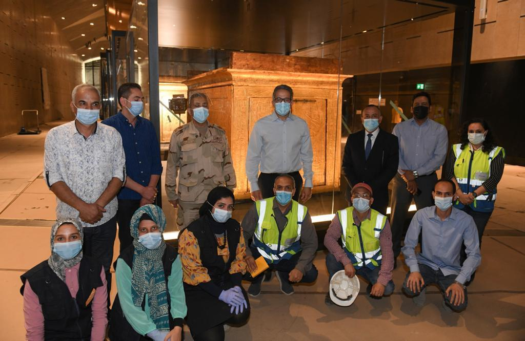 وضع اللمسات النهائية للعرض المتحفي بالمتحف المصري الكبير