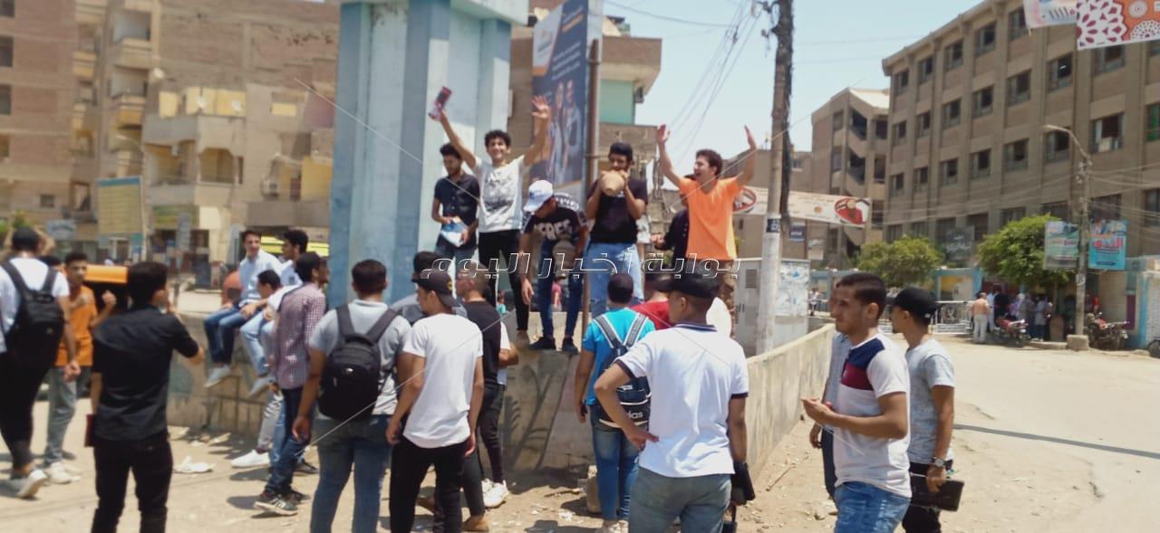 بالطبل والأغاني طلاب الثانوية العامة ببني سويف يحتفلون  بانتهاء الامتحانات