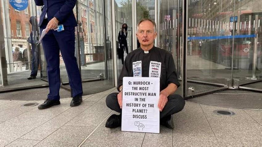 احتجاجاً على أزمة المناخ ..ناشط بيئي يقوم بخياطة فمه