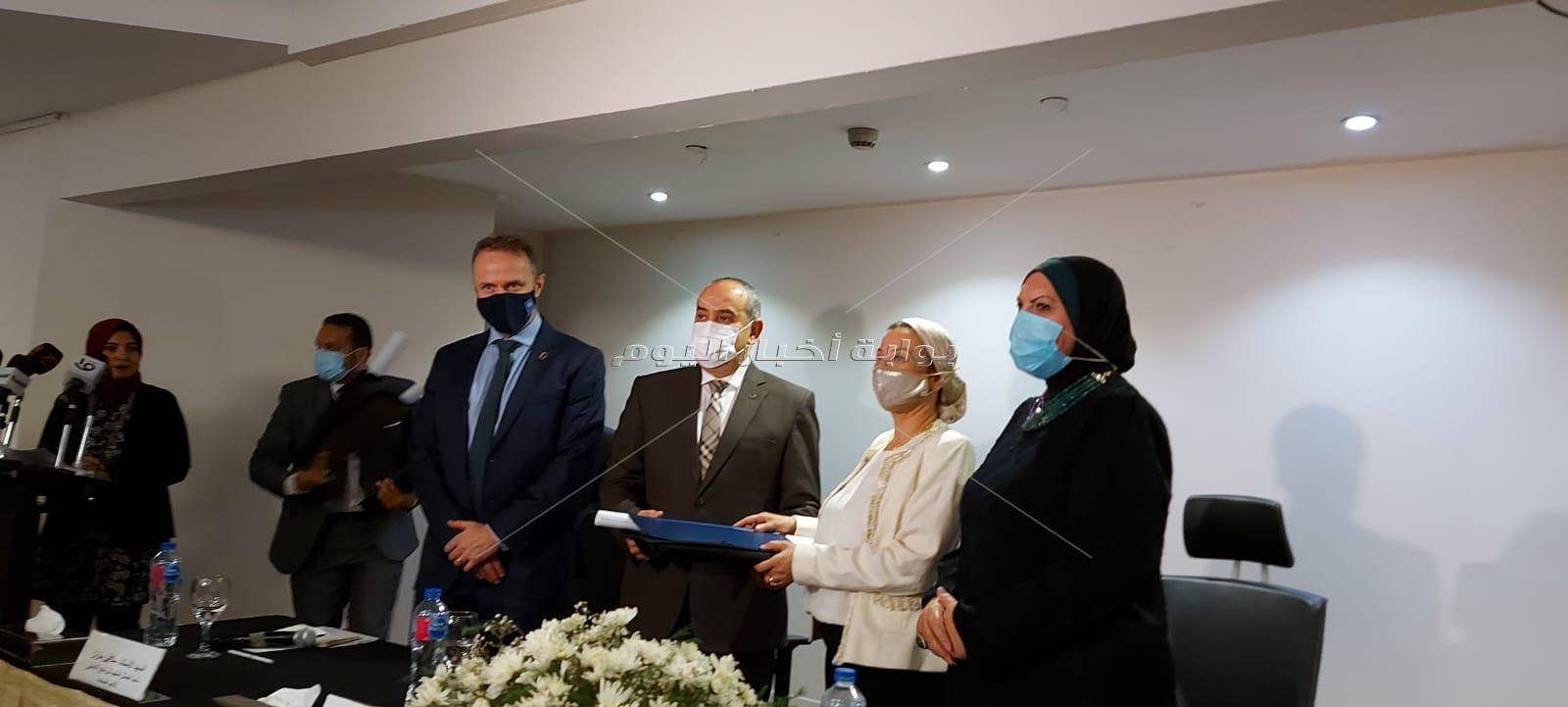 توقيع بروتوكول تعاون بين البيئة والطيران لنظام خلايا شمسية بمطار القاهرة الدولي