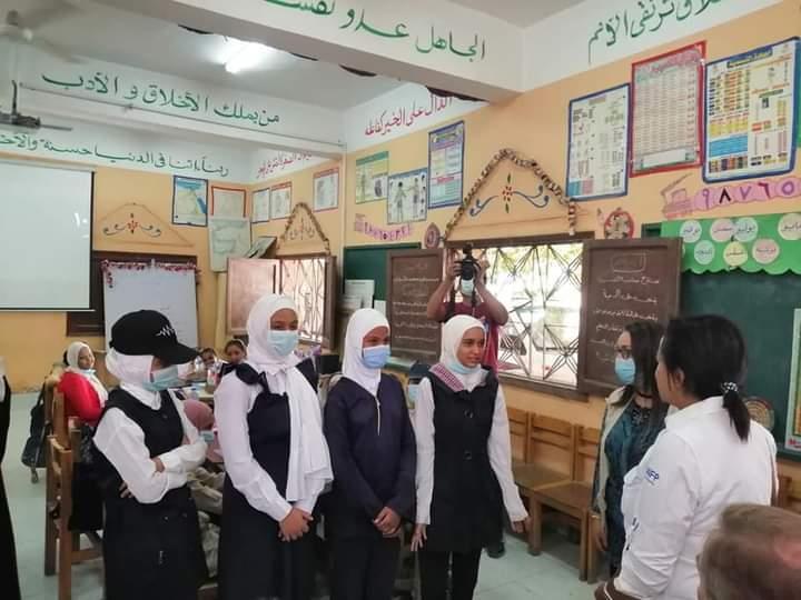 وفد من برنامج الغذاء العالمي يلتقى طلاب احد المدارس بأسوان