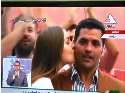 فيديو| روسية تتحرش بمراسل التلفزيون المصري على الهواء بالمونديال