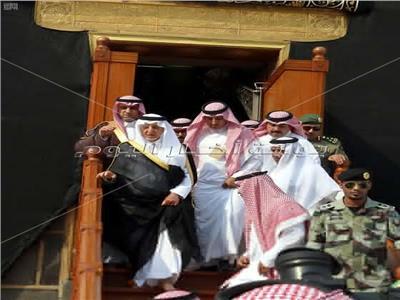 أمير مكة يغسل الكعبة المشرفة بماء زمزم