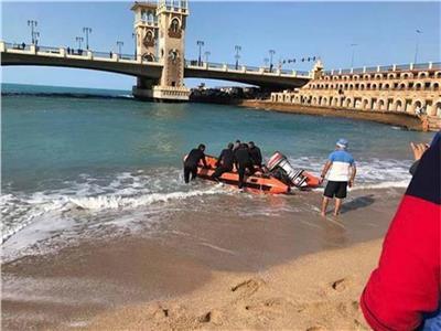 """""""صورة سيلفي"""" تلقي بفتاة في مياه البحر بالإسكندرية"""