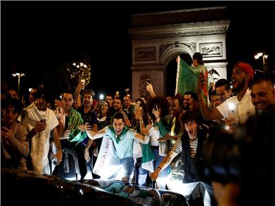 الجزائريون يحتفلون بالفوز في فرنسا