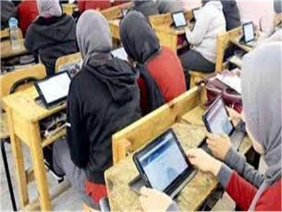 امتحانات 2 ثانوي الإلكترونية بلا مشاكل.. وتداول الأسئلة والإجابات عبر «فيس بوك»