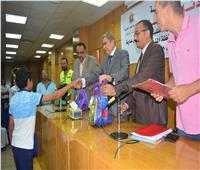 محافظ المنيا يوزع حقائب مدرسية للطلاب الأولى بالرعاية