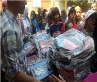 صور| «تعليم القاهرة» توزع الحقائب المدرسية على الطلاب لتحفيزهم