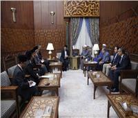 مبعوث رئيس الوزراء الماليزي يسلم شيخ الأزهر دعوة لزيارة بلاده