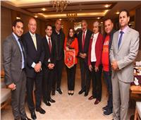العامري يُهدي السفارة المصرية بالجزائر درع وعلم الأهلي