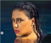 صور| رانيا يوسف تتحدى البرد بـ«سيشن» داخل «البسين»