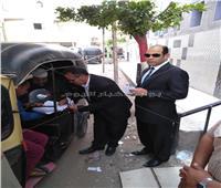 لفتة إنسانية.. رئيس لجنة يساعد مريضًا على الإدلاء بصوته في الـ«توك توك»