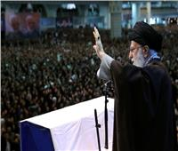 صور وفيديو| مرشد إيران يلقي خطبة الجمعة حاملا سلاحه.. والرئيس يغادر قبل انتهاء الصلاة