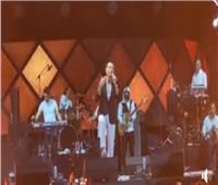 فيديو| «عم الطبيب» مفاجأة عمرو دياب الجديدة في حفل دبي