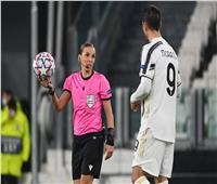 «لأول مرة في التاريخ».. امرأة تحكم مباراة للرجال في دوري أبطال أوروبا