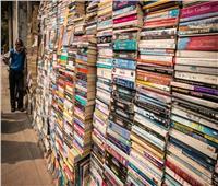 كنوز الأدب والتراث من جميع أنحاء العالم تُباع بـ«الكيلو» في هذا المكان