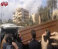 لحظة خروج جثمان والدة «رضوى الشربيني» من مسجد السيدة نفيسة  فيديو