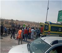 حادث مروع بين سيارتين ونقل المصابين للمستشفى بطريق أكتوبر |  صور